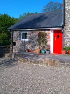Y CWTCH, single-storey cottage with garden, country setting, walks, coast Llanyb