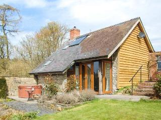 THE CWTCH, converted barn, super king-size bed, woodburner, hot tub, Llanbister