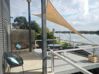 Washpool Retreat-Waterfront Living B&B, Tailem Bend