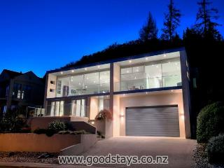 Pan Terr Luxe: Stunning, modern home: dazzling decor, views, outdoor areas!