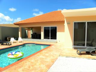 SUPER CLEAN BRANDNEW VILLA and pool USD 175,00, Noord