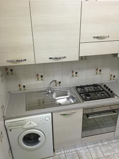 Angolo cottura con lavatrice - kitchenette with washing machine