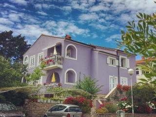 Comfy 2 bedroom apartment 2' from sea Mali Losinj