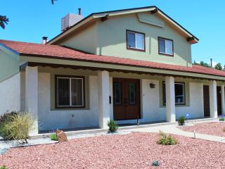 Spacious, Functional & Renovated Home (Dog Frndly), Albuquerque