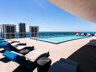 BEACHWALK RESORT PENTHOUSE 2/2 WITH FREE BEACH SERVICE, Hallandale Beach