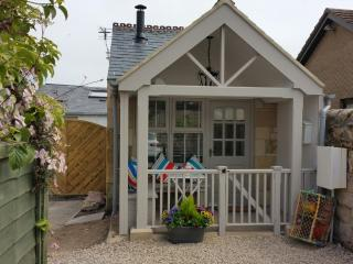 Button Cottage-  A Luxury Seaside Bijoux Hideaway Log Stove / Pet Friendly /WIFI, Beadnell
