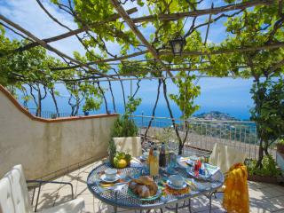 villa at 5 minute from the ravello center, terrace sea view and free parking