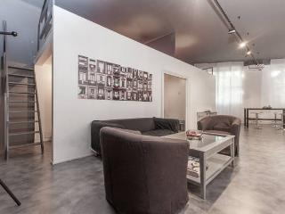 SPACIOUS STUDIO HOSTS 8 PEOPLE, Milan