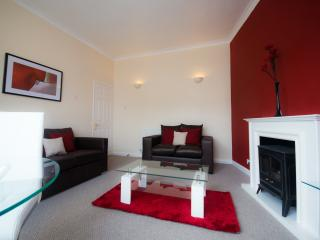 Hampton house-Two bedroomed apartment (sleeps 5) with parking