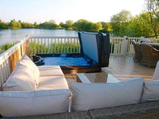 'La Perla del Sur' Lakeside Lodge with Hot-Tub, Tattershall