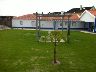 Maison blanc/bleu avec jardin cloture et barbecue