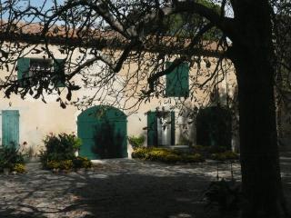 Meublé ** dans mas provençal, Istres