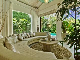 Cosy & design villa 15min beach, Kuta