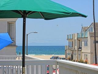 Steps to the sand in PRIME LOCATION near shopping and restaurants!, Newport Beach