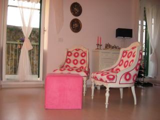 la casetta rosa al tramonto tra Roma e la Toscana