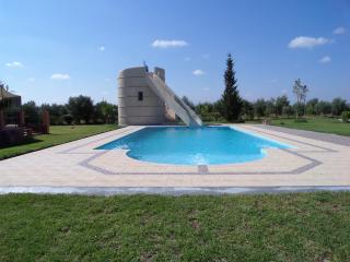 Villa avec piscine et toboggan