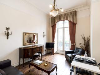 **CLASSIC Hyde Park** With BALCONY!!! *Free WI-FI*