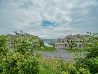 Centrally located lake view townhome close to Wisp Resort!, McHenry
