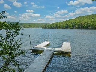 Charismatic 3 Bedroom Lakefront Chalet with hot tub & just minutes from Wisp!, McHenry