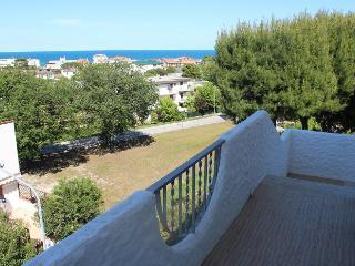 MONICA: Trilocale con giardino e balcone vista mare