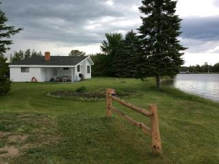Cozy Lakefront Cottage! Near Lakewood Shores Golf, Oscoda