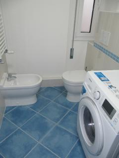 Main bathroom with washing machine