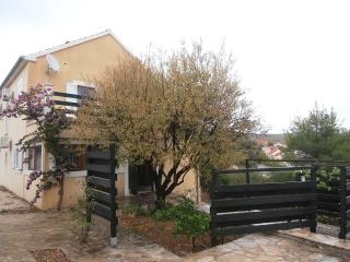 Detached relaxing house, plunge pool, large gardens. Walk to beach, restaurants, Milna
