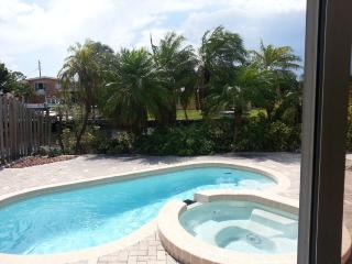 Wilton-on-the-Water: Pool and Jacuzzi Tub., Wilton Manors