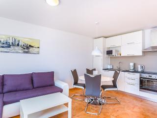 Silvia L with 3 bedrooms, 2 bathrooms, sea view, Liznjan