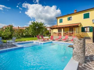 Vanja villa with pool, grill, WiFi