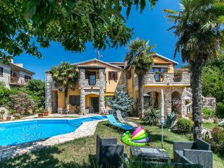 Villa Zara A4 with pool, WiFi, balcony, Liznjan