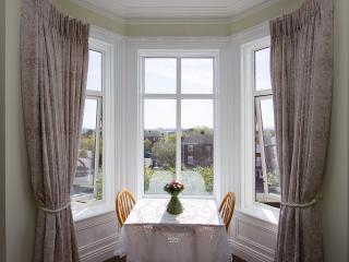 Studio with stunning bay window with overlooking the city, sleeps 2, city 10 min