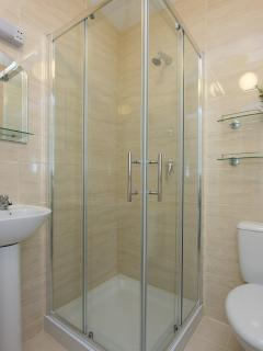 Brendan Behan private bathroom with shower. Towels and hairdryer provided