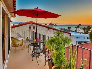 Stay and Play - Ocean View, Walk to Beach and Restaurants