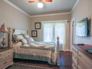 Abby's Place Suite 2 - A Short Drive to Main St., Fredericksburg