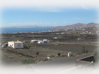Lanzarote, mit Panorama Blick auf Meer und Berge.