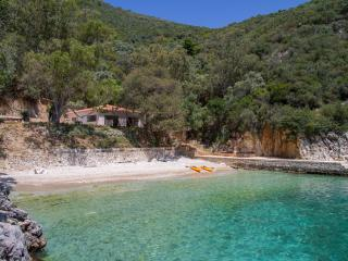 Villa Trianda, a true gem just 27 steps from the beach!, Sivota