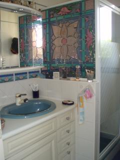 la petite salle de douche attenante au 'bureau' (chambre 2)