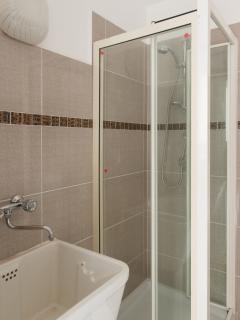bagno secondario box doccia cristallo, lavabo, wc, lavatrice