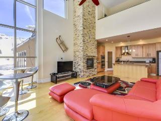 Freestyle - 2 bedroom / 2 bath plus game loft and Jacuzzi - walking distance to