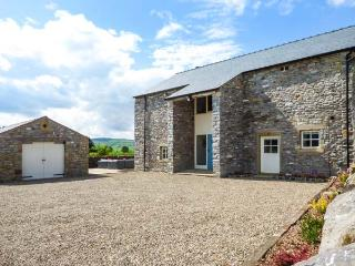 OX HEY BARN, woodburning stove, en-suites, external games room, Bolton by Bowland, Ref 5886
