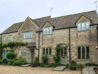 THE RETREAT, all first floor, off road parking, shared gravelled garden, in Bibury, Ref 935049
