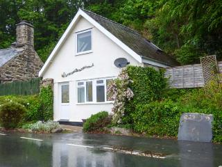 BRYN MELYN ARTIST'S COTTAGE, mountain views, walks from the door, Dolgellau