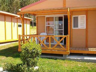 Cozy, charming bungalows with swimming pool near the beach, Carballo
