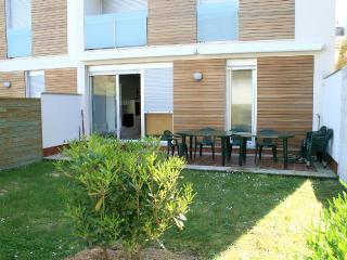 Holiday apartment with garden on the beach, Buno
