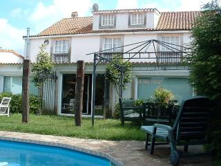 Lovely holiday house with pool and barbacue near the beach