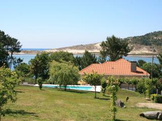 Cozy beachfront villa with swimming pool and lovely views, Cabana de Bergantiños