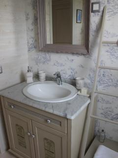 le meuble vasque de la salle de bains du gîte du Figuier