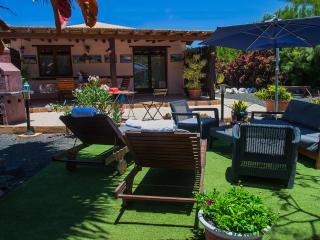 Villa en Lajares con  jacuzzi en el jardín.