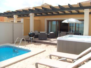 4 bed Villa with Hot Tub & Private Pool & free Wifi, Caleta de Fuste
